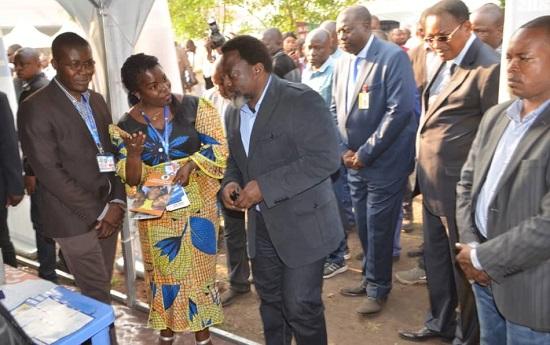 Arsene Binanga (second from the left) and Lis Lombeya Lisomba of the National CTMP speak with President Joseph Kabila.